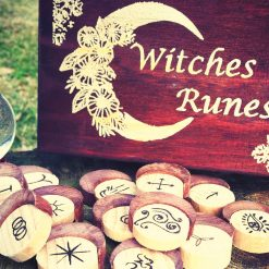 Witches Runes con Box - TheMagicWood.com
